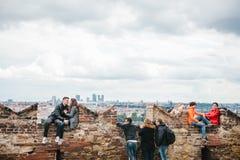 Prague, le 18 septembre 2017 : Les gens sur la plate-forme d'observation admirent les belles vues de la ville et communiquent Photographie stock libre de droits