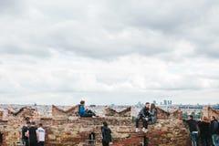 Prague, le 18 septembre 2017 : Les gens sur la plate-forme d'observation admirent les belles vues de la ville et communiquent Images stock