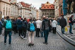 Prague, le 18 septembre 2017 : Les touristes regardent et apprécient la vieille architecture dans la vieille place Prague est un  Images libres de droits