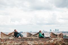 Prague, le 18 septembre 2017 : PPeople sur la plate-forme d'observation admirent les belles vues de la ville et détendent Prague  Photos stock