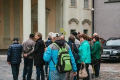 Prague, le 18 septembre 2017 : Regard de beaucoup de touristes aux attractions de ville Près du guide avec un signe Prague est un Photo libre de droits