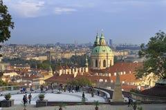PRAGUE, LE 15 SEPTEMBRE 2014 : touristes sur la plate-forme d'observation sur la vieille ville Prague, République Tchèque Photos stock