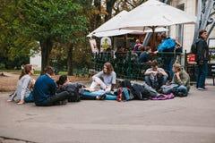 Prague, le 25 septembre 2017 : Un groupe de jeunes amis des étudiants se trouve et s'assied au sol et communique avec chacun Image stock