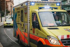 Prague, le 24 septembre 2017 : Une ambulance sur la rue de ville Aide de secours Service d'ambulance 112 Photo libre de droits