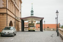 Prague, le 24 septembre 2017 : Une ambulance sur la rue de ville Aide de secours Service d'ambulance 112 Images libres de droits
