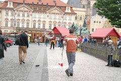 Prague lek med såpbubblor Royaltyfria Bilder