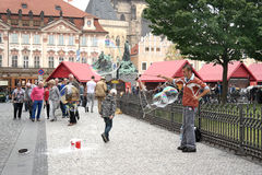 Prague lek med såpbubblor Arkivfoton