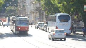 PRAGUE - MAJ 25: Spårvagn i centret på Maj 25, 2017 i Prague arkivfilmer