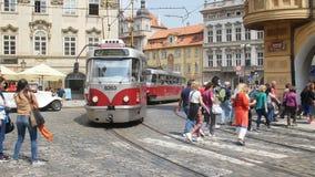 PRAGUE - MAJ 25: Spårvagn i centret på Maj 25, 2017 i Prague lager videofilmer