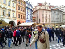 Prague marknad och gata mycket av folk och turister Arkivbilder