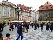 Prague marknad och gata mycket av folk och turister Arkivfoto