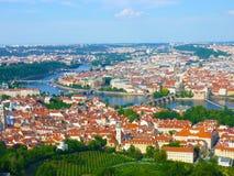 Prague mitten med den Charles bron och floden Vltava Fotografering för Bildbyråer