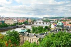 Prague och dess åtskilliga broar över den Vltava floden Royaltyfri Foto