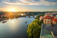 Prague och flod Vltava arkivbild