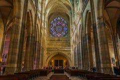 PRAGUE - OKTOBER 02: HelgonVitus Cathedral inre på Oktober 0 Royaltyfri Foto