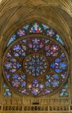 PRAGUE - OKTOBER 02: Nedfläckade fönster i St Vitus Cathedral på nolla Arkivbilder