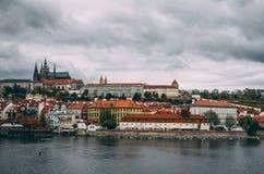 Prague oldtown på en lynnig dag Arkivbilder