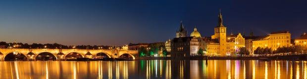 Prague på natten Charles Bridge till floden och den gamla stadcenen Royaltyfria Bilder