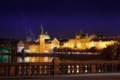 Prague på natten Charles Bridge till floden och den gamla stadcenen Royaltyfria Foton