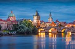 Prague på natten Charles Bridge till floden och den gamla stadcenen Arkivfoto