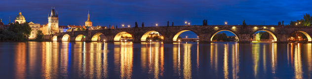 Prague på natten Charles Bridge till floden och den gamla stadcenen royaltyfri fotografi