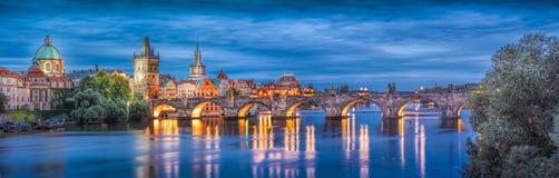 Prague på natten Charles Bridge till floden och den gamla stadcenen arkivfoton
