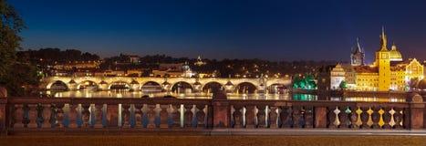 Prague på natten Charles Bridge till floden och den gamla staden Arkivbilder
