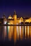 Prague på natten, floden och invallningen Arkivbilder