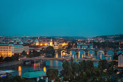 Prague på skymning, sikt av broar på Vltava Arkivfoton