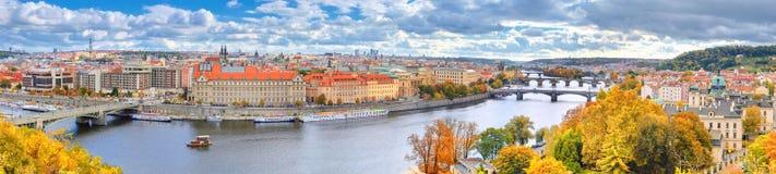 Prague Panorama av broar och den Vltava floden Royaltyfri Bild