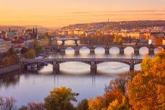 Prague, panoramautsikten till de historiska broarna, den gamla staden och den Vltava floden från punkt för populär sikt i Letna p royaltyfria bilder