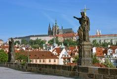 Prague, passerelle de Charles et peu de ville Images stock