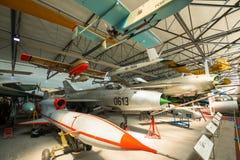 PRAGUE, RÉPUBLIQUE TCHÈQUE - 18 AOÛT 2016 : Les vieux avions militaires se tient dans le musée Kbely d'aviation de Prague à Pragu Photos libres de droits