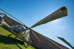 PRAGUE, RÉPUBLIQUE TCHÈQUE - 18 AOÛT 2016 : Les vieux hélicoptères militaires se tient dans le musée Kbely d'aviation de Prague à Image libre de droits