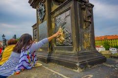 Prague, République Tchèque - 13 août 2015 : Charles Bridge et une de ses nombreuses statues célèbres, selon des personnes de trad Photo libre de droits