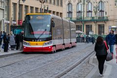 PRAGUE, RÉPUBLIQUE TCHÈQUE - 10 AVRIL 2019 : Le nouveau modèle de Pragues du tram prend des clients au printemps photo libre de droits