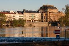 PRAGUE, RÉPUBLIQUE TCHÈQUE - 24 AVRIL 2017 : Le théâtre national et la rivière de Vltava Image stock