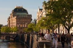 PRAGUE, RÉPUBLIQUE TCHÈQUE - 24 AVRIL 2017 : Le théâtre national sur la rive de Vltava Images stock
