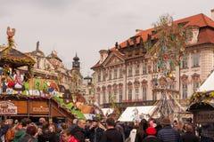 PRAGUE, RÉPUBLIQUE TCHÈQUE - 15 AVRIL 2017 : Marché de Pâques à la vieille place Photo libre de droits