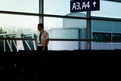 PRAGUE, RÉPUBLIQUE TCHÈQUE - 12 AVRIL 2019 : Promenade de personnel d'aéroport par le salon de départ à l'aéroport national de Pr photographie stock libre de droits