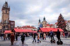 PRAGUE, RÉPUBLIQUE TCHÈQUE - 23 DÉCEMBRE : Noël traditionnel touristes Photo stock