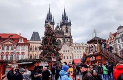 PRAGUE, RÉPUBLIQUE TCHÈQUE - 23 DÉCEMBRE : Noël traditionnel touristes Photos stock
