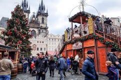 PRAGUE, RÉPUBLIQUE TCHÈQUE - 23 DÉCEMBRE : Noël traditionnel touristes Photos libres de droits