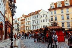PRAGUE, RÉPUBLIQUE TCHÈQUE - 23 DÉCEMBRE : Noël traditionnel touristes Images stock