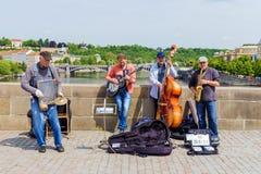 PRAGUE, RÉPUBLIQUE TCHÈQUE -19 EN MAI 2016 : Musiciens de rue sur le ch Photos libres de droits