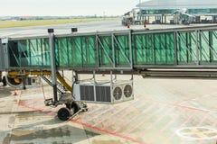 PRAGUE, RÉPUBLIQUE TCHÈQUE - 16 JUIN 2017 : Avions avec le couloir ou le tunnel de passage étant préparé pour le départ à l' Photos libres de droits