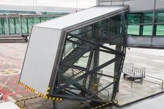PRAGUE, RÉPUBLIQUE TCHÈQUE - 16 JUIN 2017 : Avions avec le couloir ou le tunnel de passage étant préparé pour le départ à l' Photographie stock