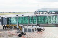 PRAGUE, RÉPUBLIQUE TCHÈQUE - 16 JUIN 2017 : Avions avec le couloir ou le tunnel de passage étant préparé pour le départ à l' Photographie stock libre de droits