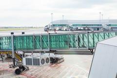 PRAGUE, RÉPUBLIQUE TCHÈQUE - 16 JUIN 2017 : Avions avec le couloir ou le tunnel de passage étant préparé pour le départ à l' Photo stock