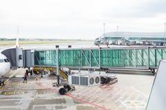PRAGUE, RÉPUBLIQUE TCHÈQUE - 16 JUIN 2017 : Avions avec le couloir ou le tunnel de passage étant préparé pour le départ à l' Image libre de droits